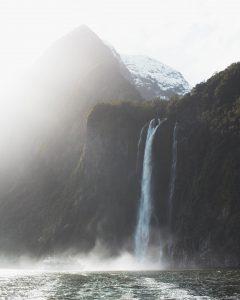 Einer der vielen Wasserfälle des Milford Sounds