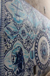 Delfter Porzellan an den Wänden in Delft